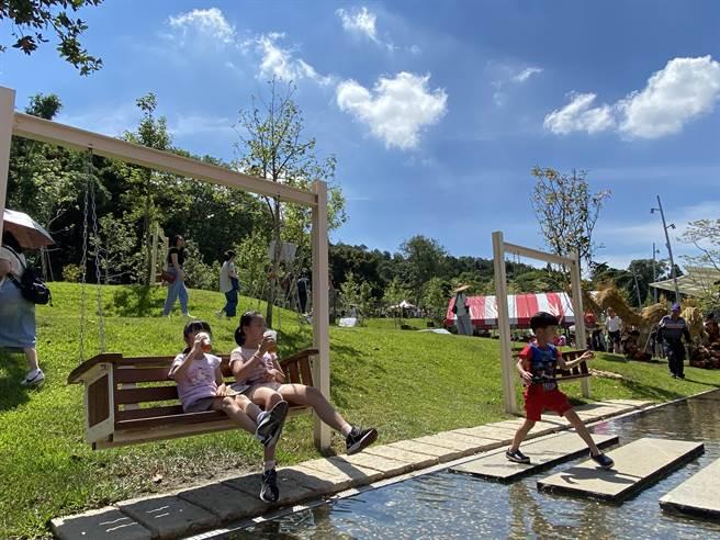 大有梯田生態公園19日熱鬧啟用,不但有梯田景緻,還打造全齡式森林遊戲場,有復古磨石子溜滑梯、親水步道和盪鞦韆等。(蔡依珍攝)