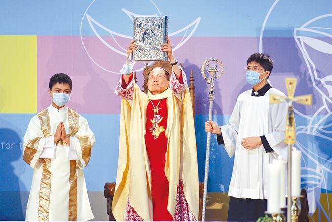 天主教台北總教區總主教就職大典彌撒18日在台北舉行,由68歲的嘉義教區主教鍾安住(中)正式接任。(張鎧乙攝)