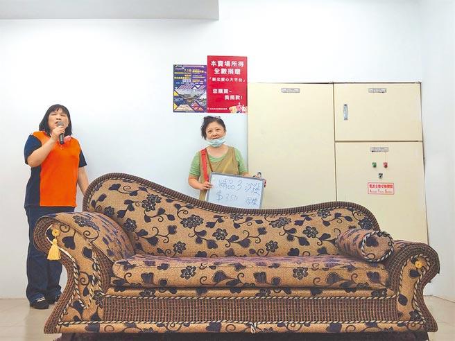 新北市環保局成立的「再生家具展售中心」18日首度開賣,從原木茶几、高級沙發到古董電子琴等應有盡有,吸引數百位民眾到場採購。(新北市環保局提供/許哲瑗新北傳真)