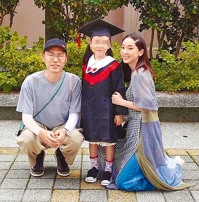 翁馨儀(右)與張少懷(左)日前出席女兒畢典。(摘自臉書)