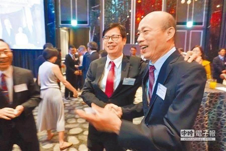 韓國瑜(右)與陳其邁(中)。(資料照/柯宗緯攝)