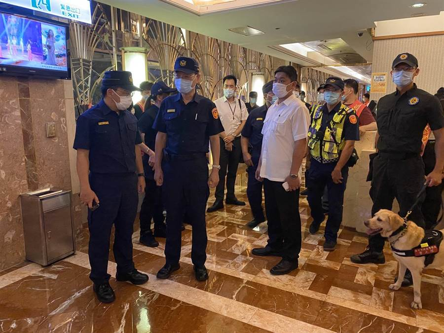 台中市警察局18日深夜配合警政署指示進行各治安顧慮場所掃蕩。(台中市警察局提供/張妍溱台中傳真)