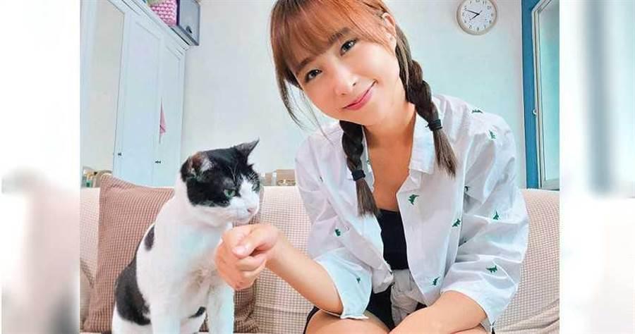 黃云歆為了收編鱈魚肝,特地擲筊、找寵物溝通師尋求貓咪的意見。(圖/黃云歆提供)