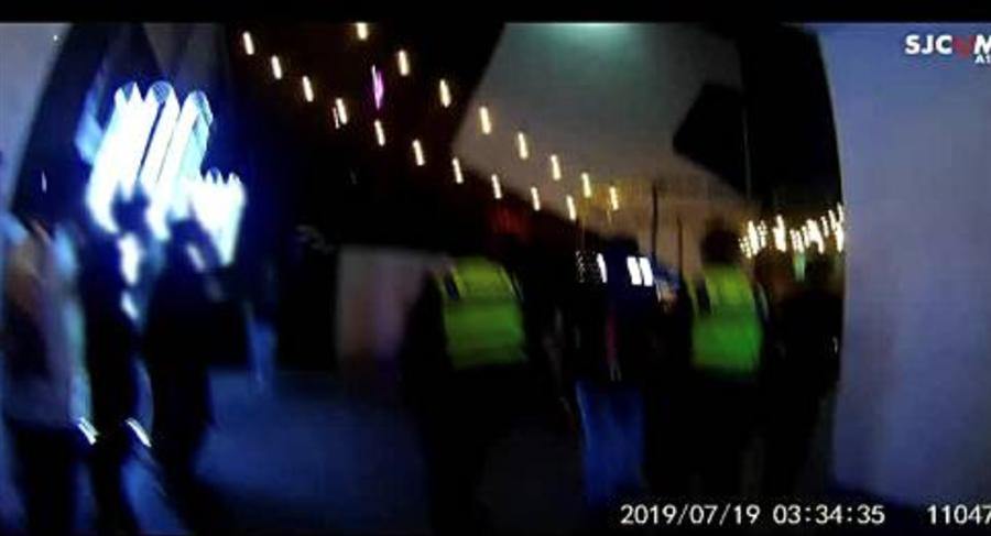 台中市警察局第六分局19日凌晨三時,發現環中路上發生酒客衝突,警察噴辣椒水壓制,強調業者如無法預防滋事措施,將展開高強度高密度稽查。(民眾提供/盧金足台中傳真)