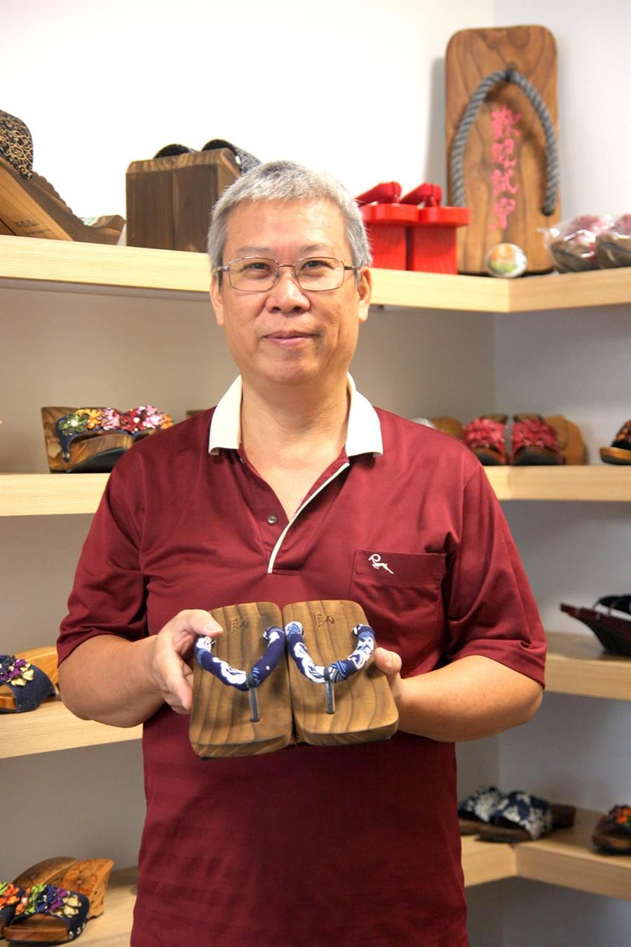袁永君從國中即接觸木屐學藝,聊起木屐流行,絕代風華的年代彷彿歷歷在目。(攝影/Yfung)