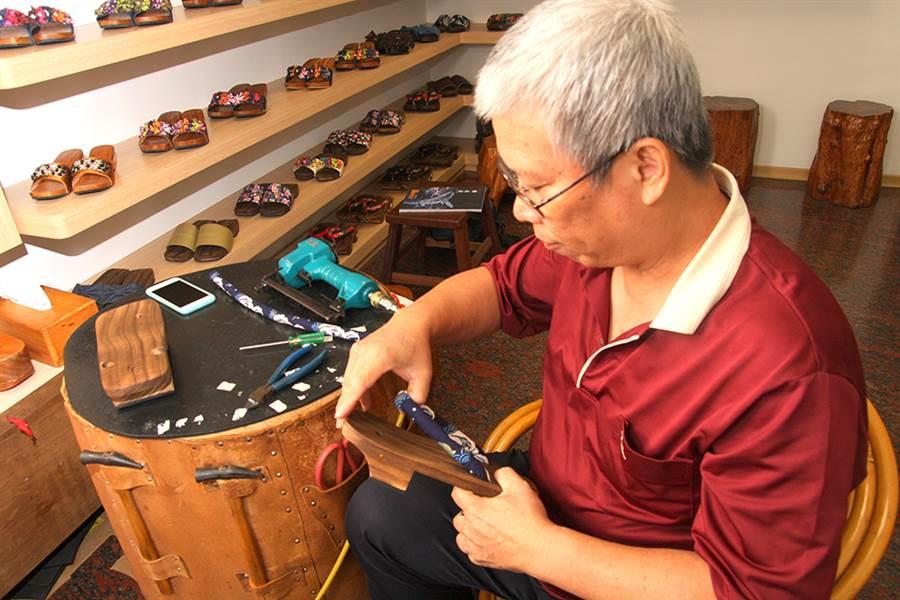 鞋帶釘製時,要注意左右腳比對一致。(攝影/Yfung)
