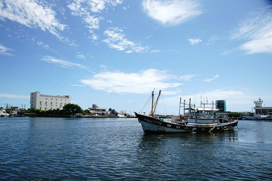 凌晨出海的船隻,趕在中午前陸續回到蚵仔寮漁港。(攝影/曾信耀)