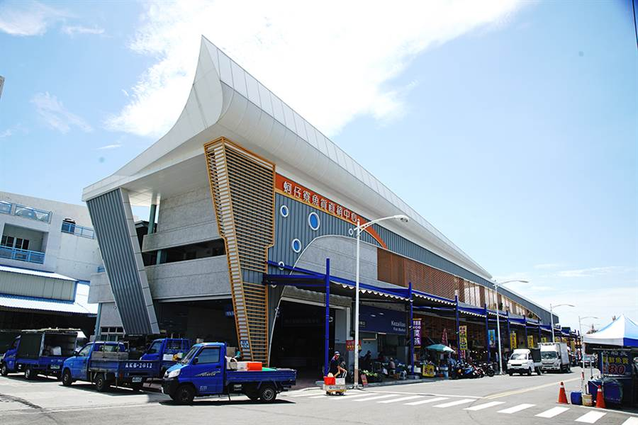 以蚵仔寮漁港觀光魚市場改建的蚵仔寮魚貨直銷中心,結合大船入港造型意象,及具備環保節能特色。(攝影/曾信耀)