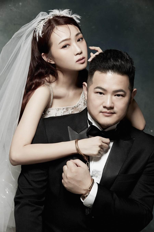ㄚ頭(左)今年5月與王惟立登記結婚。(翻攝臉書)