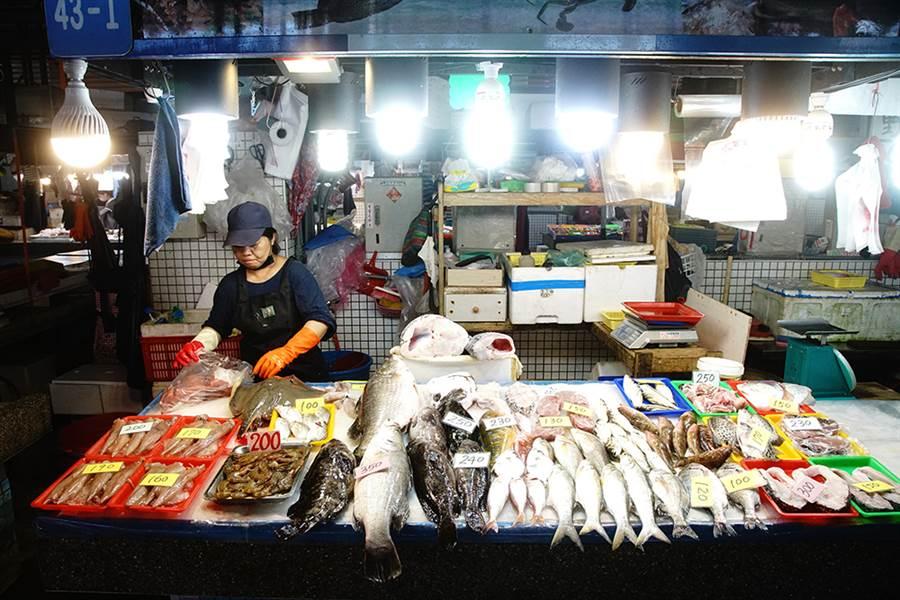 新鮮魚貨琳瑯滿目,遊客不妨貨比三家。(攝影/曾信耀)