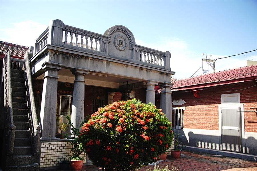 劉家古厝位於赤崁港仔門海邊,距離海岸線不到50公尺,是一棟兩層樓的閩式建築洋房。(攝影/曾信耀)