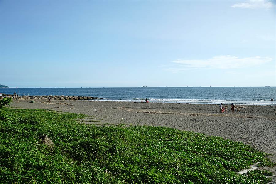 南沙灘位處蚵仔寮漁港南側及典寶溪出海口,陽光、沙灘、海浪,美得遼闊寧謐。(攝影/曾信耀)
