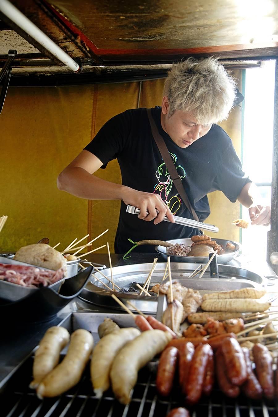 老闆手工自製的古早味正大腸、香腸,是當地人從小吃到大的庶民小吃。(攝影/曾信耀)