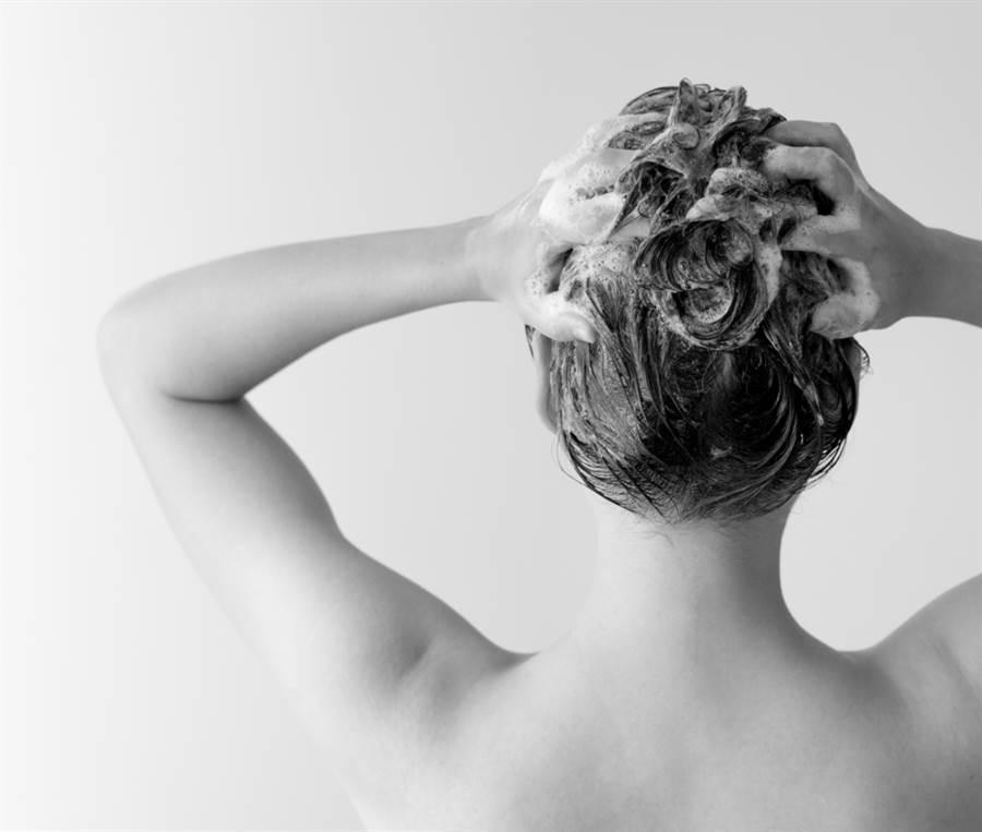 老婆一年才洗一次澡,人夫隱忍13年。(示意圖/Shutterstock)