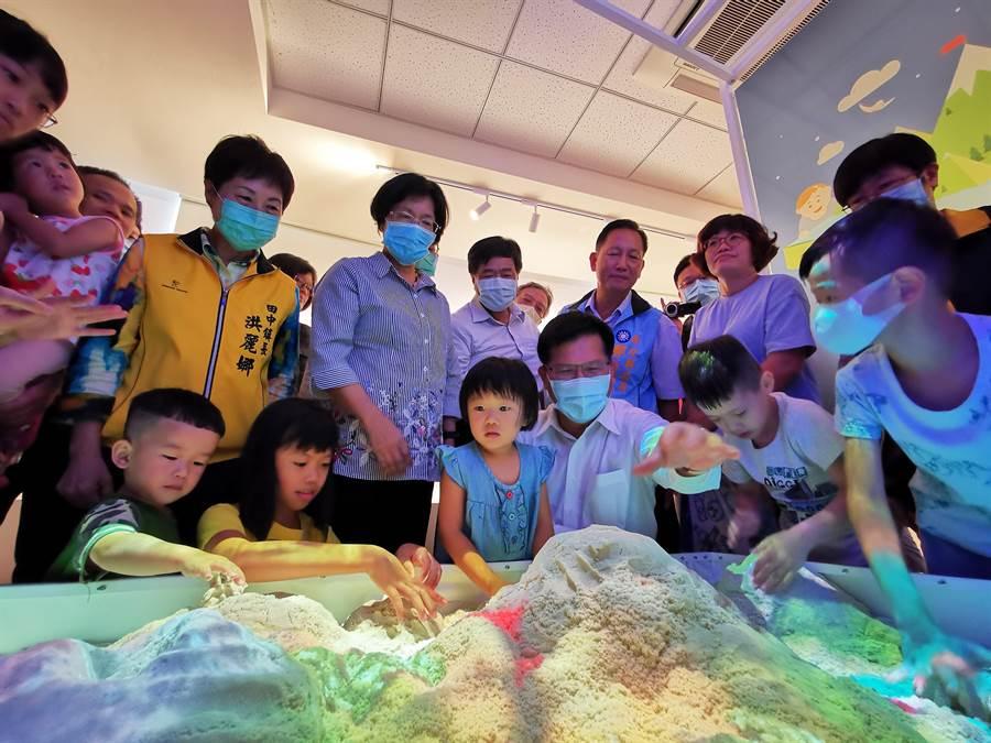 交通部長林佳龍、彰化縣長王惠美等,在現場也與小朋友互動,體驗3D虛擬實境。(吳建輝攝)