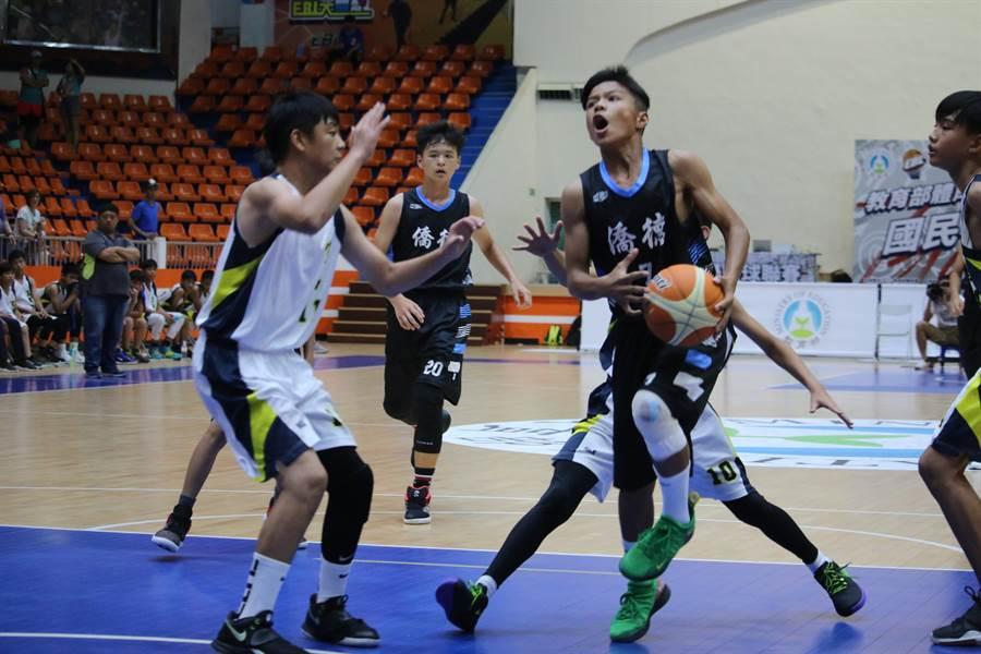 被逆轉爆哭加膝傷,排灣小將尤訢赫(持球者)沉潛1年率僑德晉級國小籃球聯賽決賽。(大會提供)
