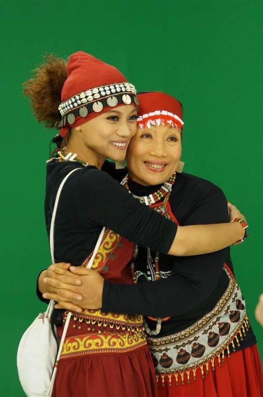 阿爆(阿仍仍)與媽媽一同入圍金曲獎最佳作詞人。那屋瓦文化提供