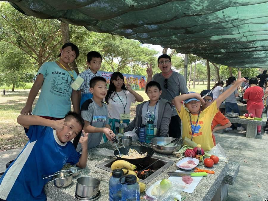 北台南家扶中心舉辦為期3天的「小小冒險理財王」夏令營活動,讓弱勢孩子們體會實際生活辛苦,也有小小總鋪師烹飪午餐大賽,相當有趣。(莊曜聰攝)