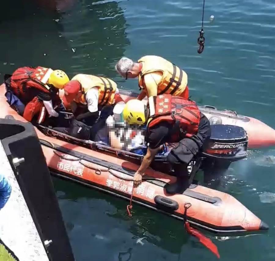 10名友人19日上午10時許相約至蝙蝠洞公園海域潛水,卻發生憾事,陳姓男子不幸溺斃。(翻攝畫面/張穎齊新北傳真)