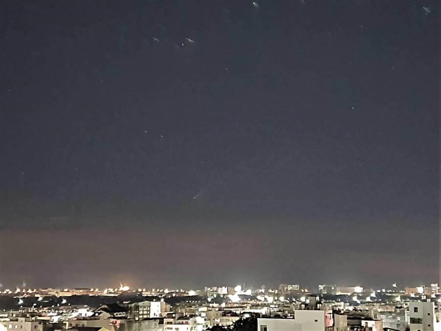 黃仲平利用號稱單眼級別的韓國品牌照相手機,幸運拍下號稱北半球最亮的NEOWISE彗星。(黃仲平提供/吳建輝彰化傳真)