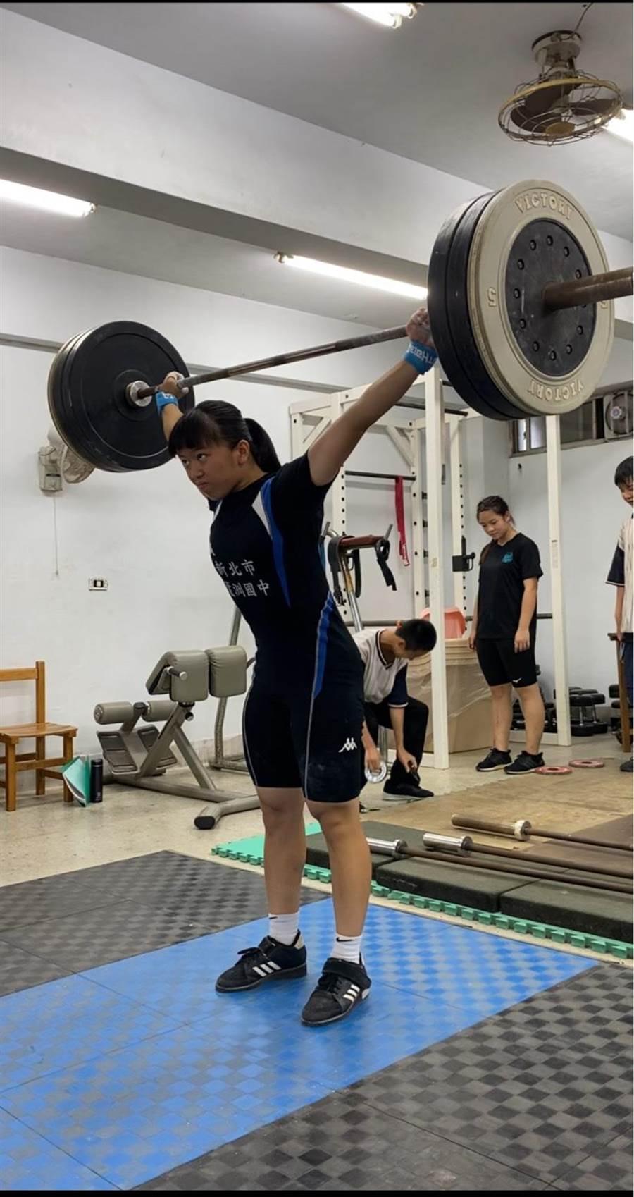 陳冠伶說,平時在學校的練習與男生一樣,甚至比男生更多。(教練洪子惇提供/賴彥竹新北傳真)