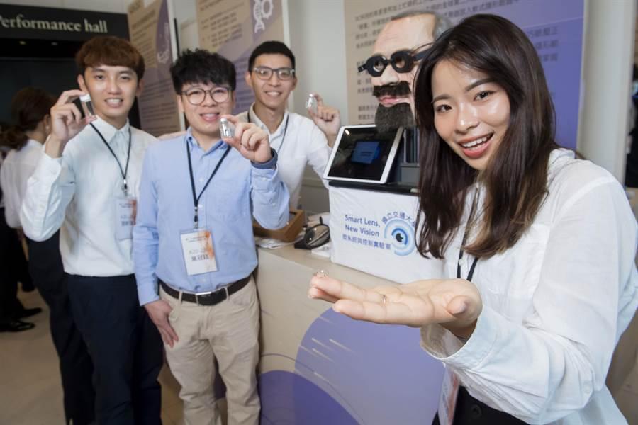 交大團隊以「應用於青光眼照護之智慧型隱形眼鏡」勇奪今年「旺宏金矽獎」應用組金獎及最佳創意獎。(旺宏教育基金會提供/林志成台北傳真)
