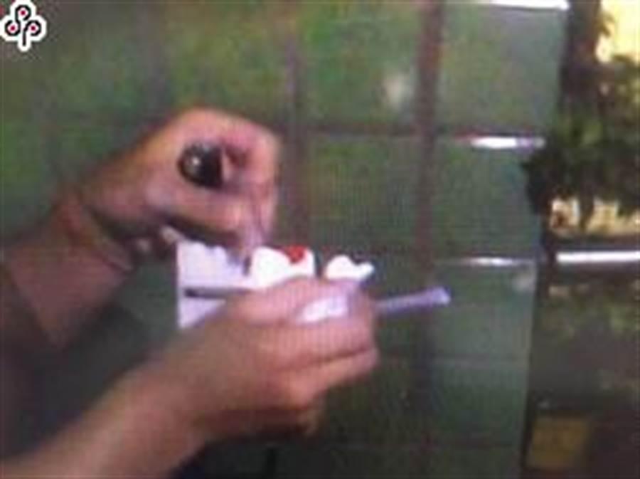 高雄掛名「吉發企業社」負責人的張姓男子3年前遭控讓不法人士以公司名義從韓國進口貨櫃,櫃內卻夾藏42萬餘包的私菸,運抵高雄港時遭海關人員開櫃查獲,遭判處4月徒刑,易科罰金12萬元 (本報資料照)
