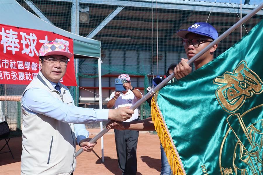 2020年台南市第7屆全國社區學齡棒球大賽由台南市長黃偉哲(左)授旗,揭開活動序幕。(李宜杰攝)
