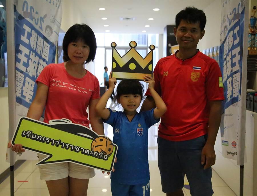WHAT TEAM藤球隊隊長CHAMPA PHETKLA(林勝福)在球場和家人拍下甜蜜的全家福。(中華民國藤球協會提供)
