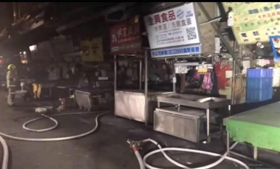 萬華富民路晚間10點半發生火警,警消迅速撲滅並疏散7人,無人受傷。(民眾提供/李文正台北傳真)