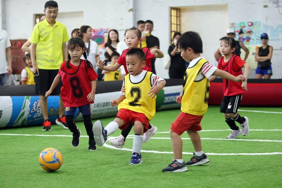澎湖足球風氣漸盛,許多小朋友越來越願意參與足球活動。(迷你足球協會提供)