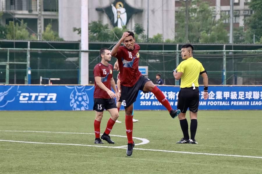 航源FC巴西籍選手盧安(中)補時階段幫助球隊穩住勝利。(中華足協提供)
