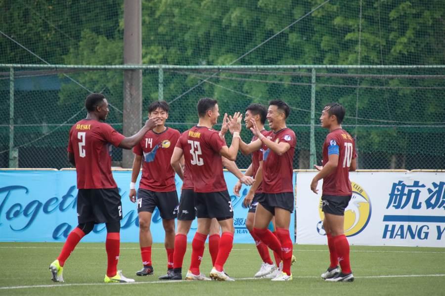 航源FC日籍選手下野淳(右二)踢進本季個人第一顆進球。(中華足協提供)