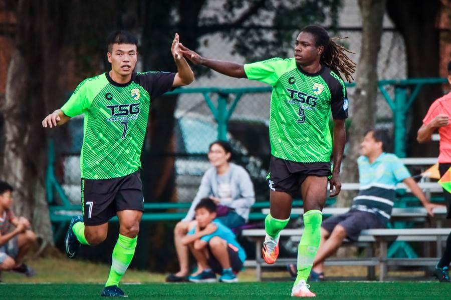 台鋼姚克錡(左)與進球的隊友班奇(右)擊掌。(中華足協提供)