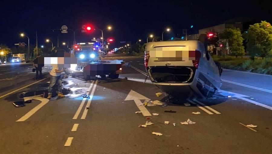 車子因衝擊力太強,翻成倒栽蔥,零件四處飛散街道,幸好車主只有擦傷。(民眾提供/盧金足台中傳真)