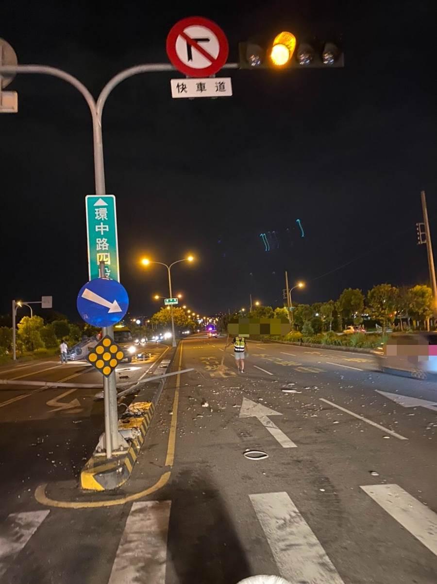 今天晚上近10時,南屯區環中路5段近新民巷忽然傳出「碰!」的巨大撞擊聲,附近民眾在入夜後聽到巨響嚇一跳。(民眾提供/盧金足台中傳真)