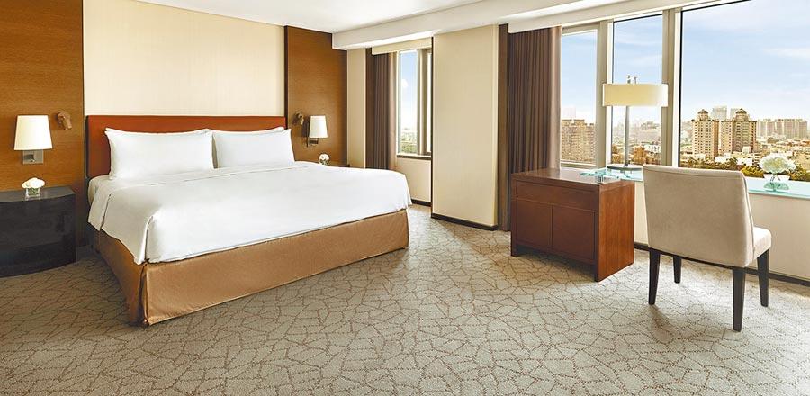 配合台北、台南兩家遠東飯店住房專案,可利用旅遊補助與振興券優惠省更多,享受舒服的客房與無微不至的國際級服務。圖/台南遠東提供