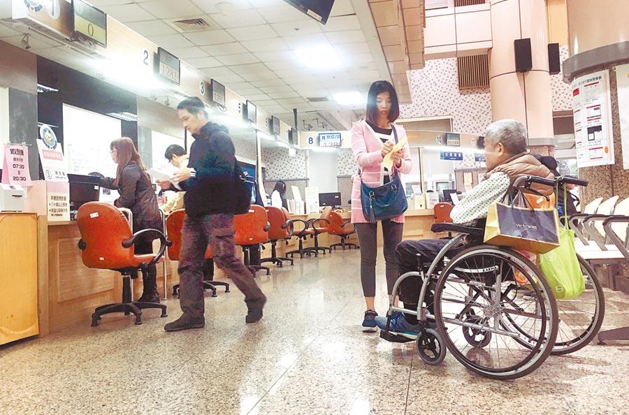 今年新冠肺炎疫情肆虐大半年,不少民眾被迫放無薪假,政府此時調漲健保費,根本不知民間疾苦。(本報資料照片)