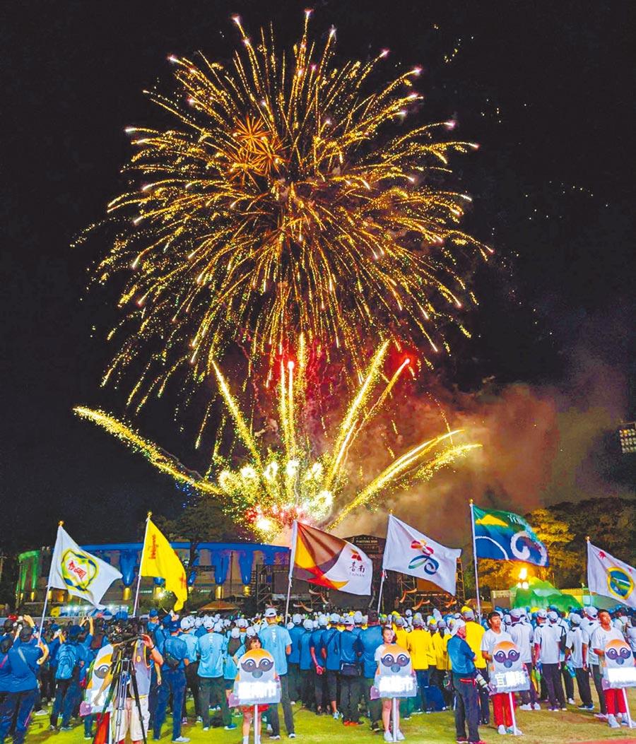 全中運18日於屏東縣立田徑場開幕,典禮最後現場施放煙火,將氣氛帶到最高潮。(潘建志攝)