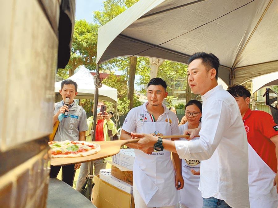 為宣傳媽祖有保庇園遊會,市長林智堅(右)變身窯烤pizza師傅,親自製作美食。(竹市府提供/邱立雅竹市傳真)