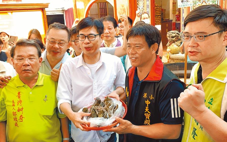 民進黨高雄市長補選候選人陳其邁18日到小港掃街,民眾贈送包子、肉粽,祝福高票當選。(柯宗緯攝)