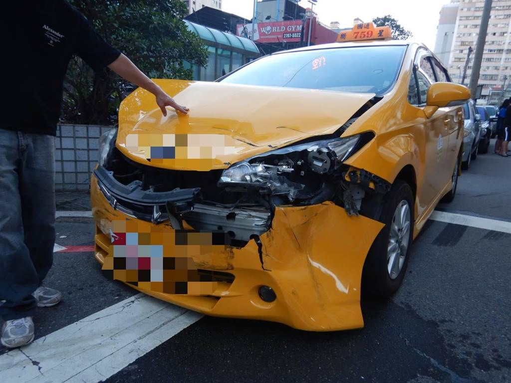台中市西屯區寶慶街附近上午發生小貨車與小黃碰撞的交通事故,造成計程車的車頭毀壞。(民眾提供/盧金足台中傳真)