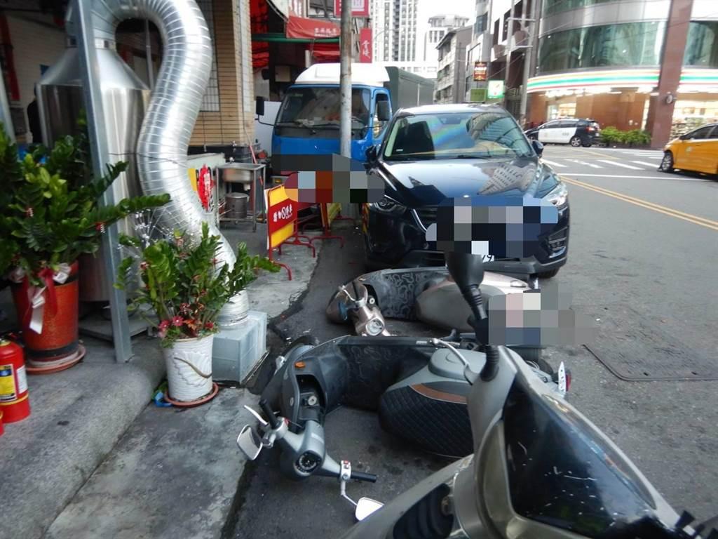 這起交通故還波及停放路邊的1輛汽車、3輛機車,幸好無人受傷。(民眾提供/盧金足台中傳真)