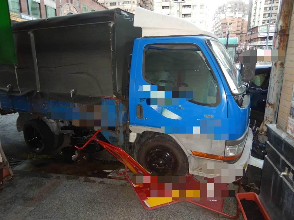台中市20日清晨近5時,在西屯區寶慶街附近發生小貨車與小黃碰撞的交通事故。(民眾提供/盧金足台中傳真)