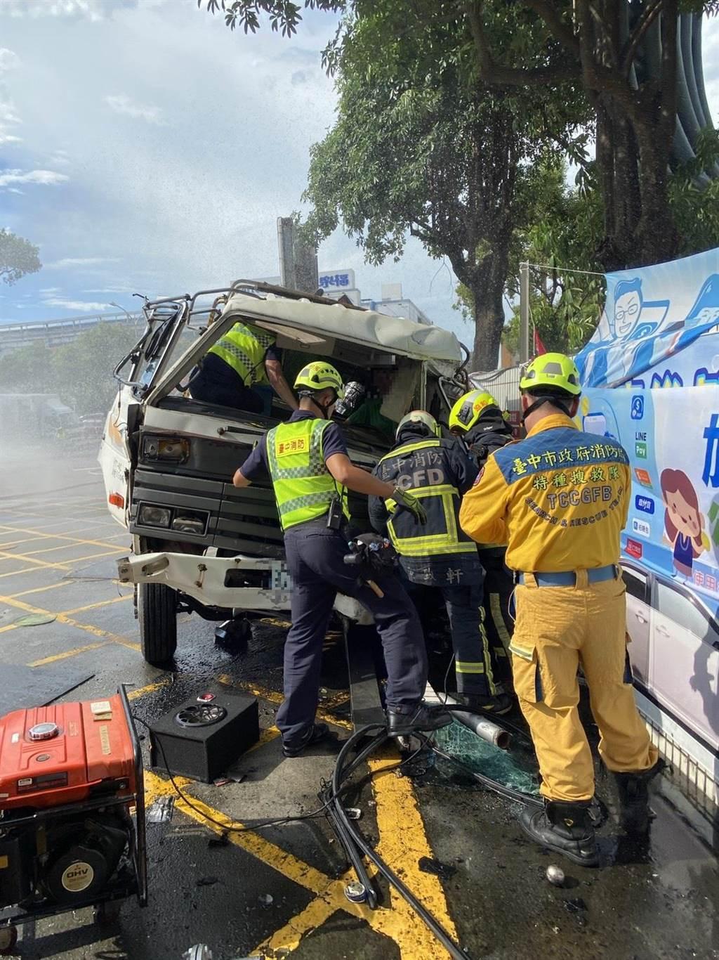 台中市西屯區台灣大道四段20日下午3點多,發生1輛大貨車翻覆,警消到場救援。(民眾提供/盧金足台中傳真)