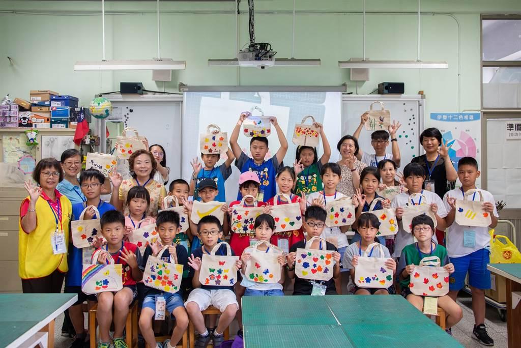 學童參加北學之星「快樂袋著走」藝文課程,體驗手繪帆布袋的樂趣。(台北市教育局提供)