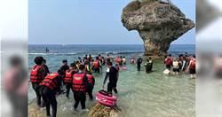 小琉球旅客拿「海參插海膽」嬉鬧!網氣炸:不懂尊重別出門