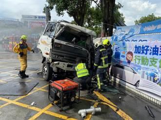 台灣大道大貨車疑煞車失靈 自撞加油站招牌後側翻
