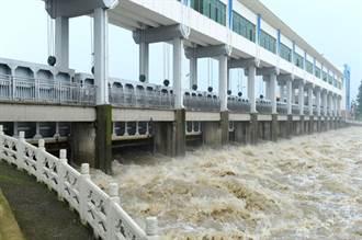 暴雨南北夾擊 淮河第一閘王家壩洩洪 蓄洪區4鄉鎮全淹