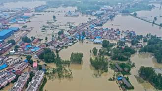 暴雨狂下河堤潰壩 安徽六安萬餘災民被洪水圍困